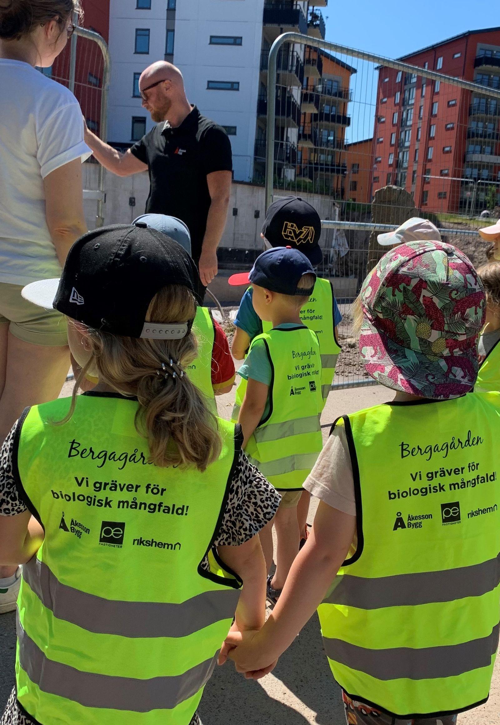 Mattias Qvarnstrand, Åkessons Bygg, hälsar barnen välkomna till Bergagården och berättar att man måste vara mycket noga med säkerheten på en byggarbetsplats.