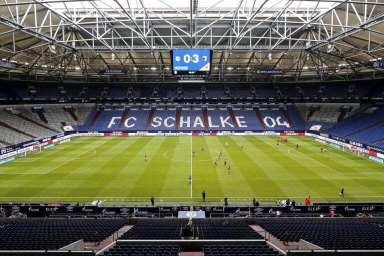 Tomma läktare i samband med en match mellan Schalke och Augsburg i den tyska fotbollsligan tidigare i veckan.