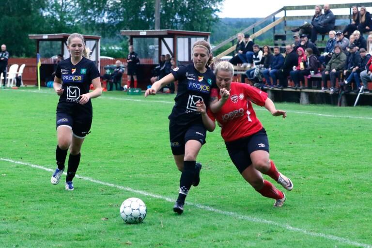 Åsarp-Trädet/Redväg (i blått) vann med 3–0 mot Levene-Skogslund och har fått en bra start på serien.