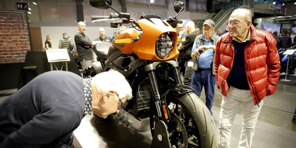Boråsarna Lars Filipsson, till vänster, och Bertil Alexandersson spanade in Harley-Davidsons eldrivna motorcykel. HD:s elhoj var en av många nyheter på årets mc-mässa i Göteborg.