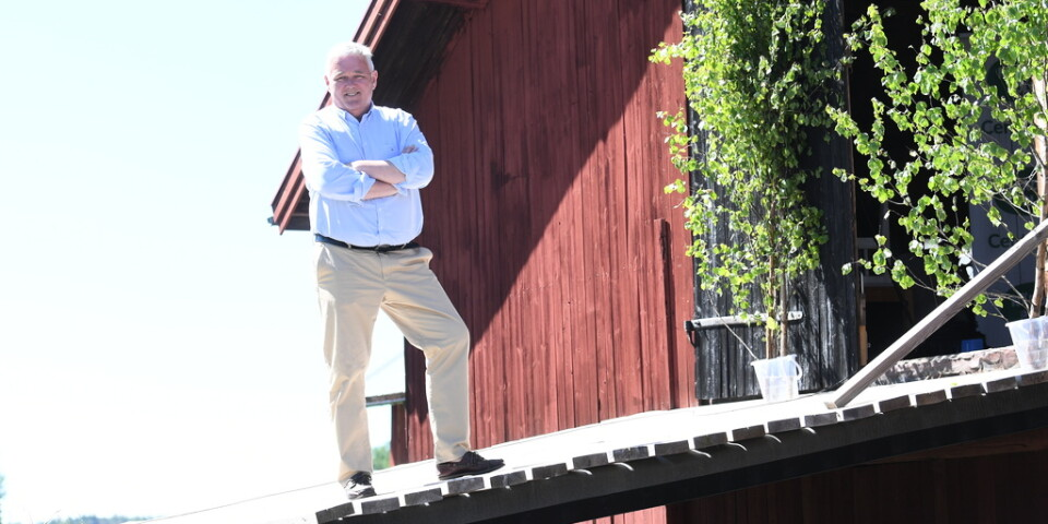 Centerns vikarierande partiledare Anders W Jonsson markerar mot Moderaterna under pågående migrationssamtal.