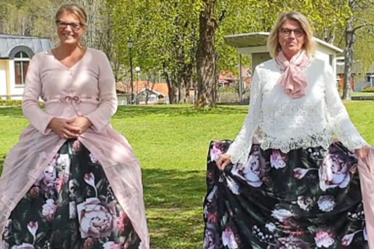 Bollebygds HR-chef Ulrika Borg och kommunchef Monica Holmgren har gjort en film där de iklädda krinoliner påminner om att hålla två meters avstånd (bild ur filmen).