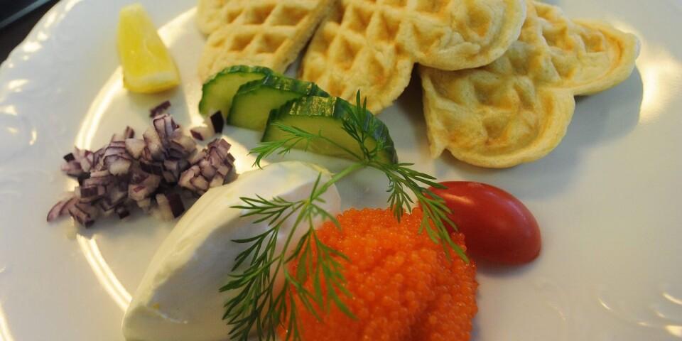 Våfflor مع بيض السمك ،البصل والكريمة.