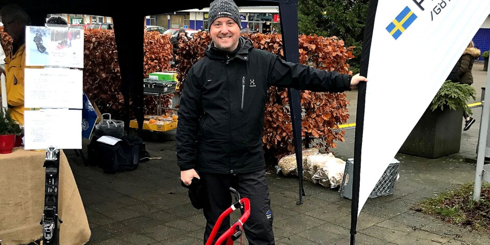 Mathias Carlzon visar upp en biski på torget i Bollebygd i förhoppningen att hitta en sponsor som hjälper till med inköpet.