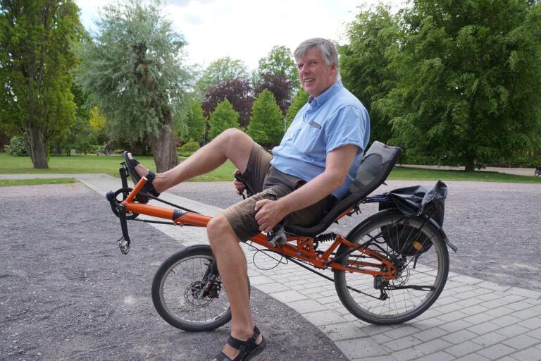 Många Växjöbor känner igen Pieter Kuiper när han kommer cyklande på sin liggcykel som han menar är skönare än en vanlig cykel att sitta på.