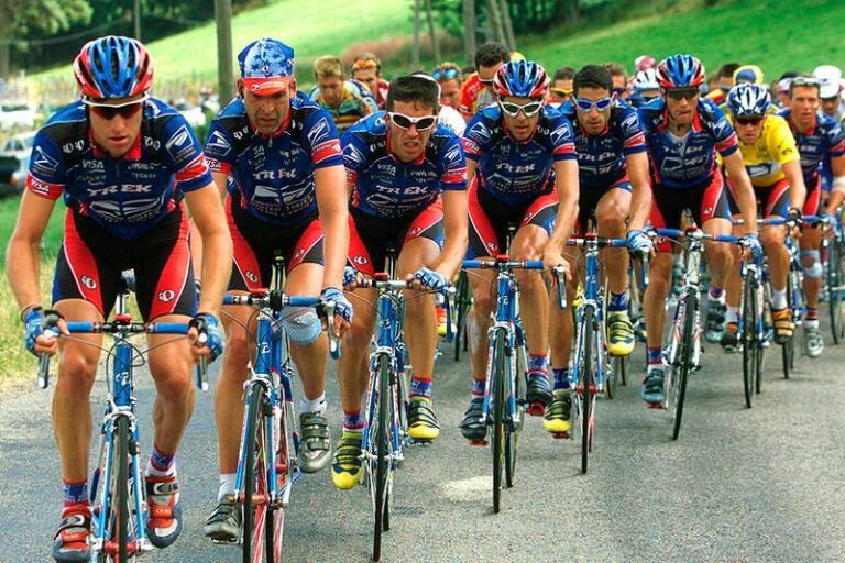 Lance Armstrong i den gula ledartröjan, här med sin ständige följeslagare Frankie Andreu närmast sig och alla de andra lojala åkarna i US Postal Service, men till slut sprack bubblan.