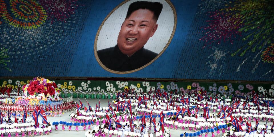 Deltagare i de så kallade masspelen i Pyongyang 2019 skapar en bild av Nordkoreas ledare Kim Jong-Un med hjälp av färgade plakat.