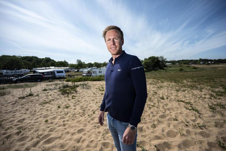 """Ola Ambuhm på stranden vid Tobisviks camping på Österlen. """"Jag hoppas inte att några få kan förstöra en hel bygds rykte"""", säger han om den rädsla för stockholmare som vissa österlenbor uttryckt."""