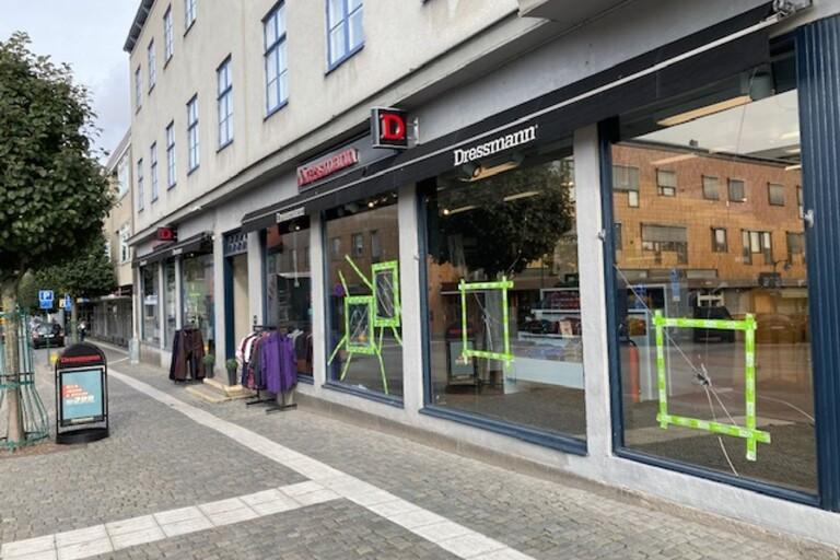 Efter upploppet – nu sätts nya skyltfönster på plats