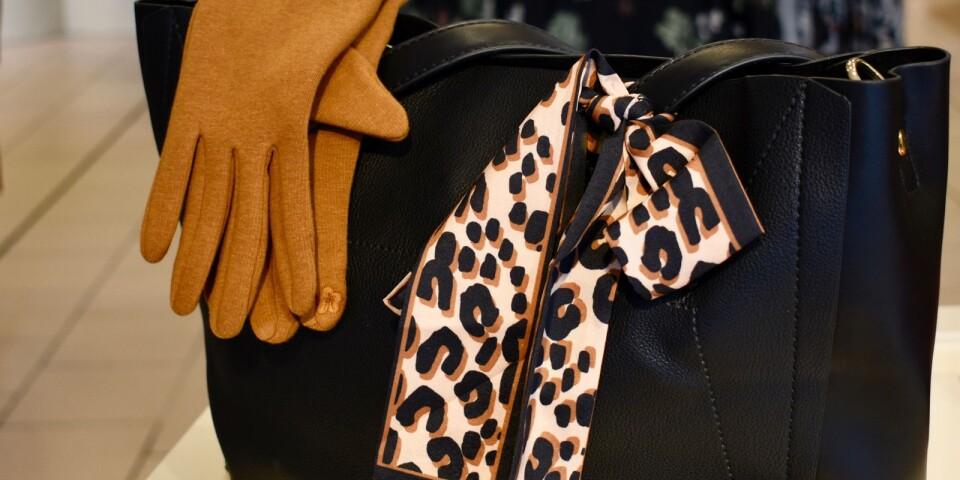Scarfar är tillbaka i höstmodet. Det är även trendigt att använda den för att piffa upp den lilla svarta väskan. Djurmönster är en av höstens modemönster.