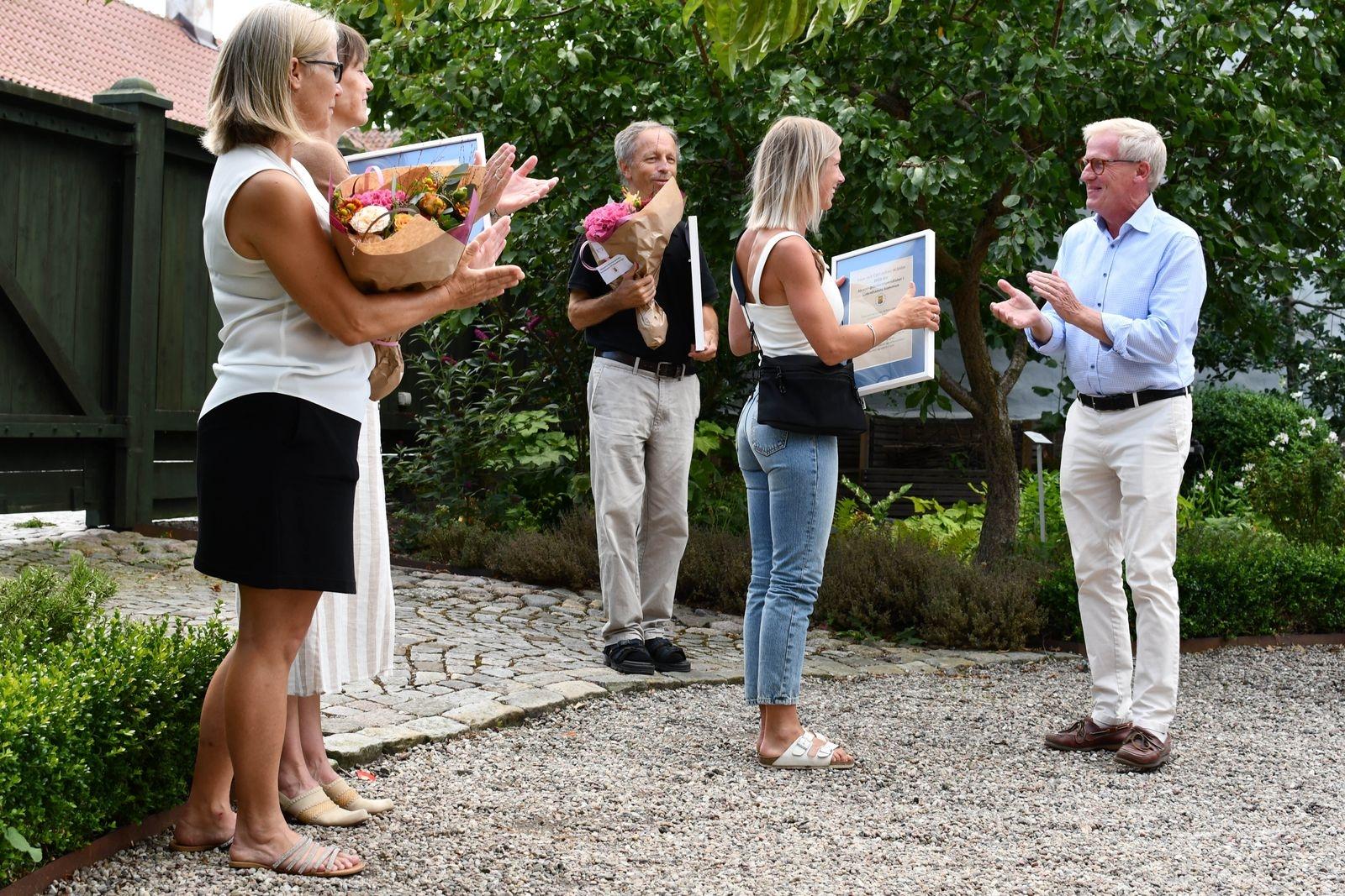På kultur- och fritidsnämndens sammanträde den 14 april utsågs 2020 års kulturpristagare, idrottspristagare och föreningsledarstipendiater. Förra veckan delades priserna ut i Österlens museums grönskande trädgård.