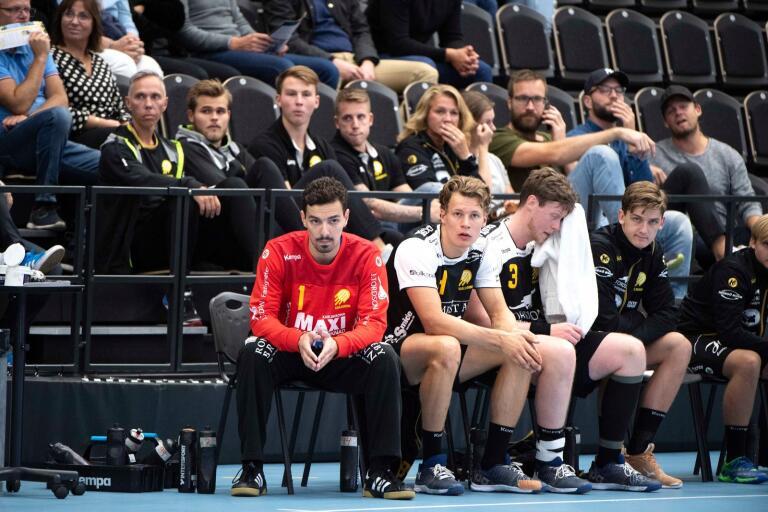 Tungt, tungt på HIF-bänken där målvakten Uros Tomic, Jack Månsson, Carl Ekberg och Emil Lundin begrundar sitt lags öde i hemmapremiären mot Kärra.