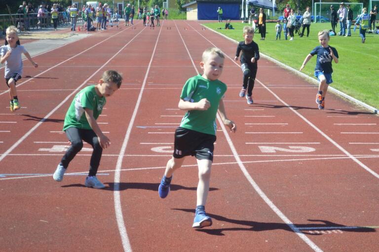 Ebbe Edmundsson, Kyrkhult SK, vinner 60 meter för P7 före klubbkamraten Arvid Persson.