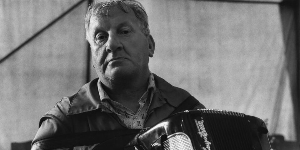 """Torbjörn Helgessons pågående projekt """"Berättelser från den skånska landsbygden"""" inleddes redan 1985. Tillsammans blir Anders Petersens och Torbjörn Helgessons bilder en odyssé över speciella stads- och landsbygdsmiljöer."""