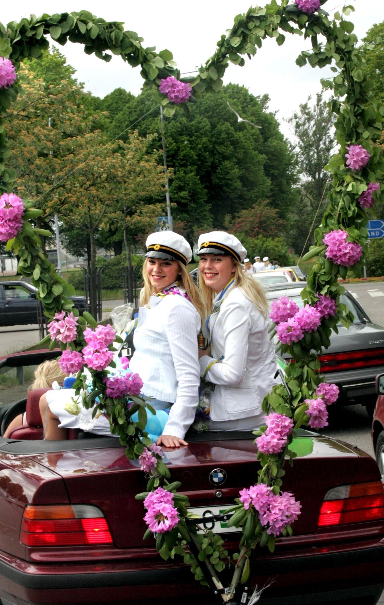 Linn Clason och Annie Winberg fick tjusig skjuts hem efter sin examen på Lars Kaggskolan 2005.