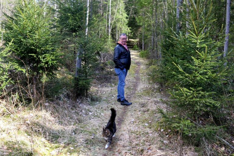 När Mats Ottosson går sin favoritsträcka genom skogen får han ibland sällskap av katten Elsa.