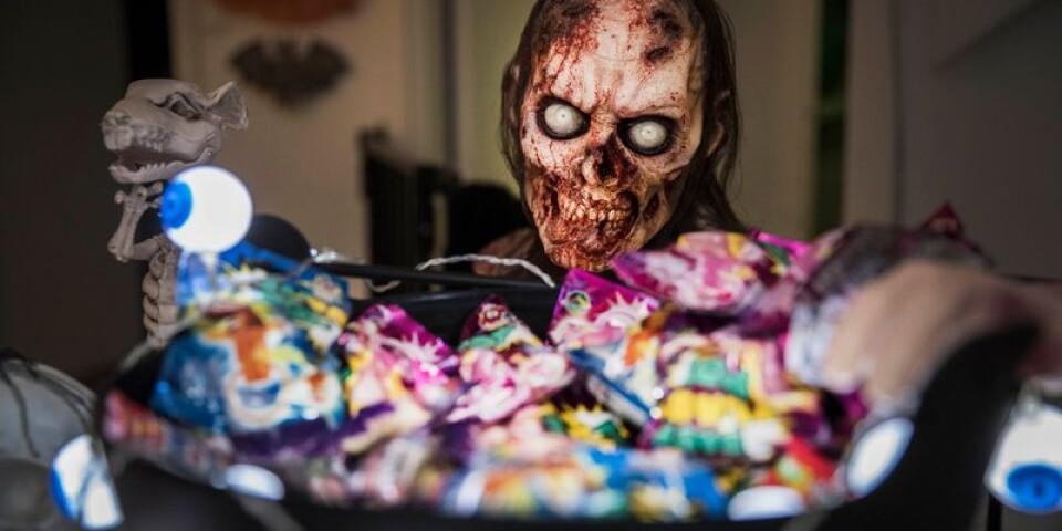 Skräckfigur från Walking dead övervakar godisskålen.