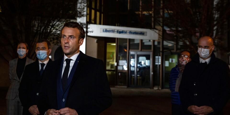 Den franske presidenten Emmanuel Macron talar utanför skolan där en lärare mördades efter en lektion om yttrandefrihet.