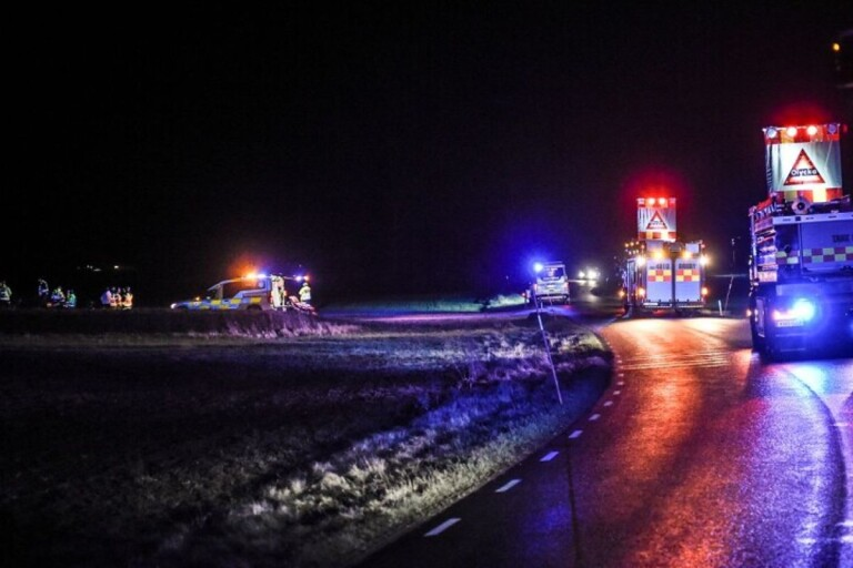 Olyckan inträffade vid 21.40. Klockan 23.30 var vägen framkomlig igen.