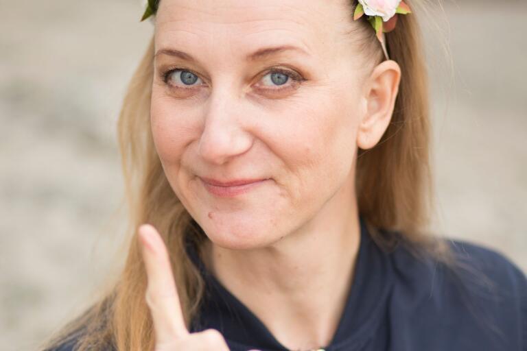 Elina du Rietz skämtar om feminismen och sommaren.