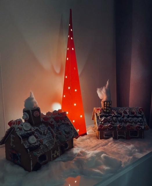 Jasper och Ewelina Hulthén har byggt pepparkakshus till adventsmyset. Men de längtar mest till att husen ska plundras, berättar Sara Nilsson.