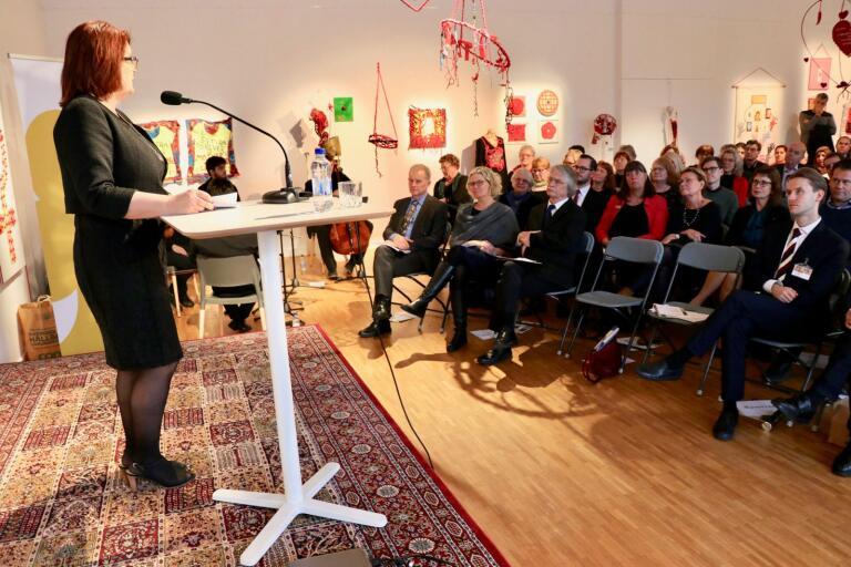 En stor publik hade mött upp i kulturhuset när utställningen Fira demokratin invigdes av Lotta Johnsson Fornarve.