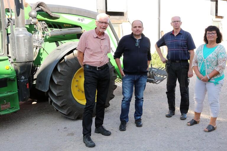 På gårdsplanen hemma hos Urban Haraldsson i Hulterstad är det glada miner sedan det blivit klart att landsbygdsstödet för betning och miljöåtgärder blir kvar till lantbrukarna. Fr v Anders Åkesson (C), Roger Gustafsson, LRF, Urban Haraldsson och Anna-Kajsa Arnesson (C).