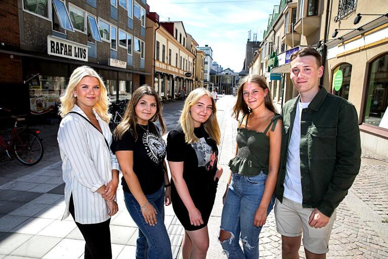 Tilda Kjellgren, Vanessa Palmér, Adelina Aldorsson, Nora Holmberg och Emil Johansson har startat UF-företaget Stötta Staden för att börja producera det klassiska spelet i en ny form.