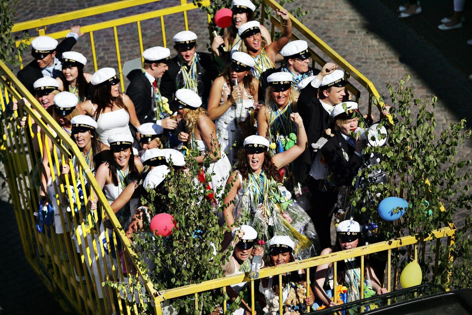 Studentkortegen går genom Oskarshamn 2008.