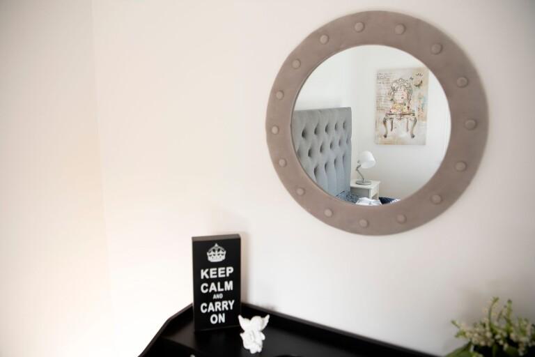 Spegeln är en av Victorias favorit detaljer när det gäller att inreda eftersom du kan göra mycket med den. Din favorittavla kan till exempel få speglas i den.