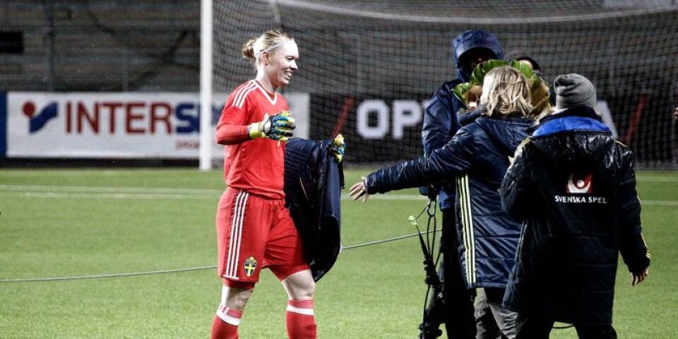 Hedvig Lindahl uppvaktades av landslagschef Marika Domanski Lyfors efter att målvakten blivit Sveriges meste landslagsmålvakt alla kategorier.