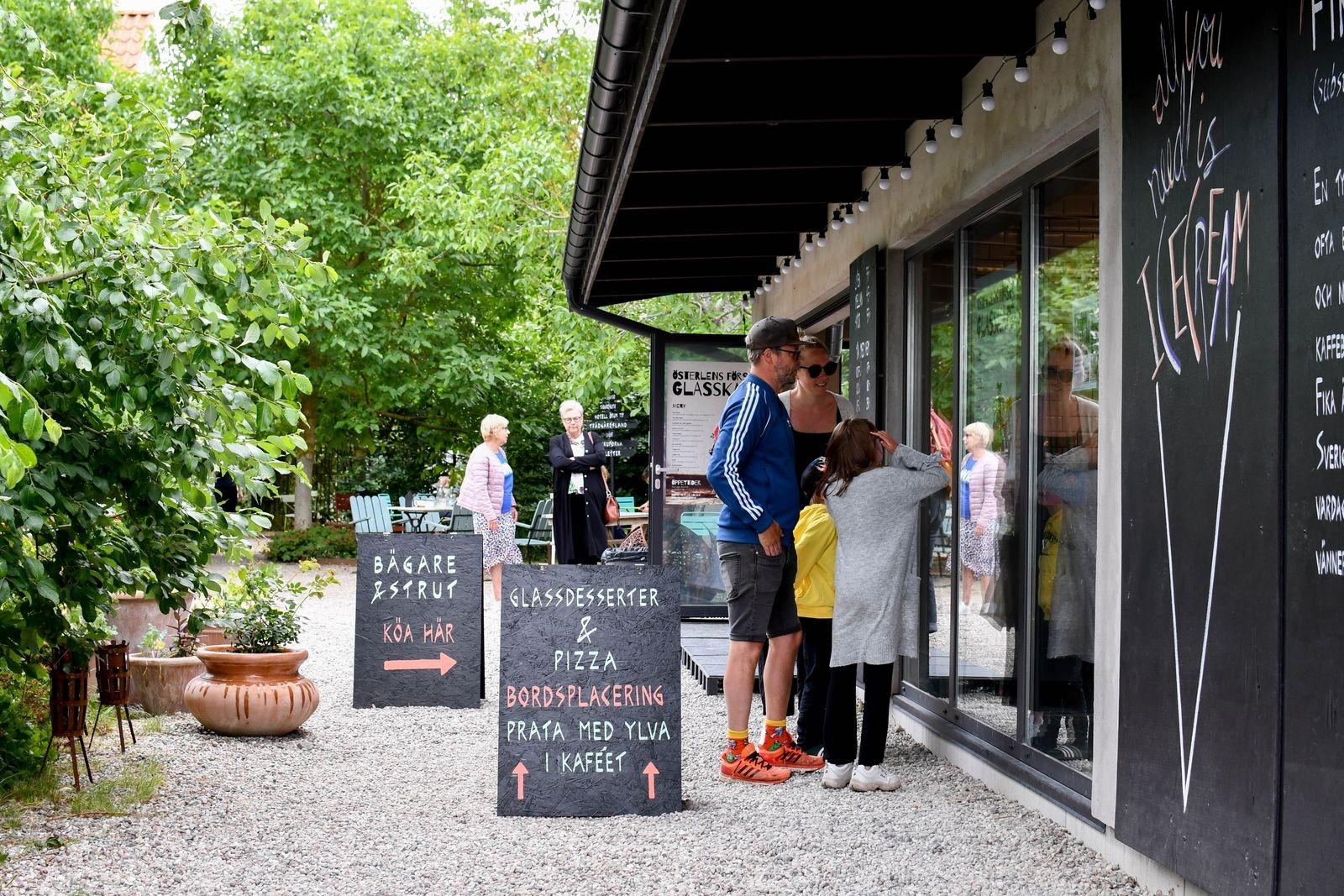 """Glassdesserter som, med premiär i sommar, serveras i gårdens glasscafé """"Frusen glädje""""."""