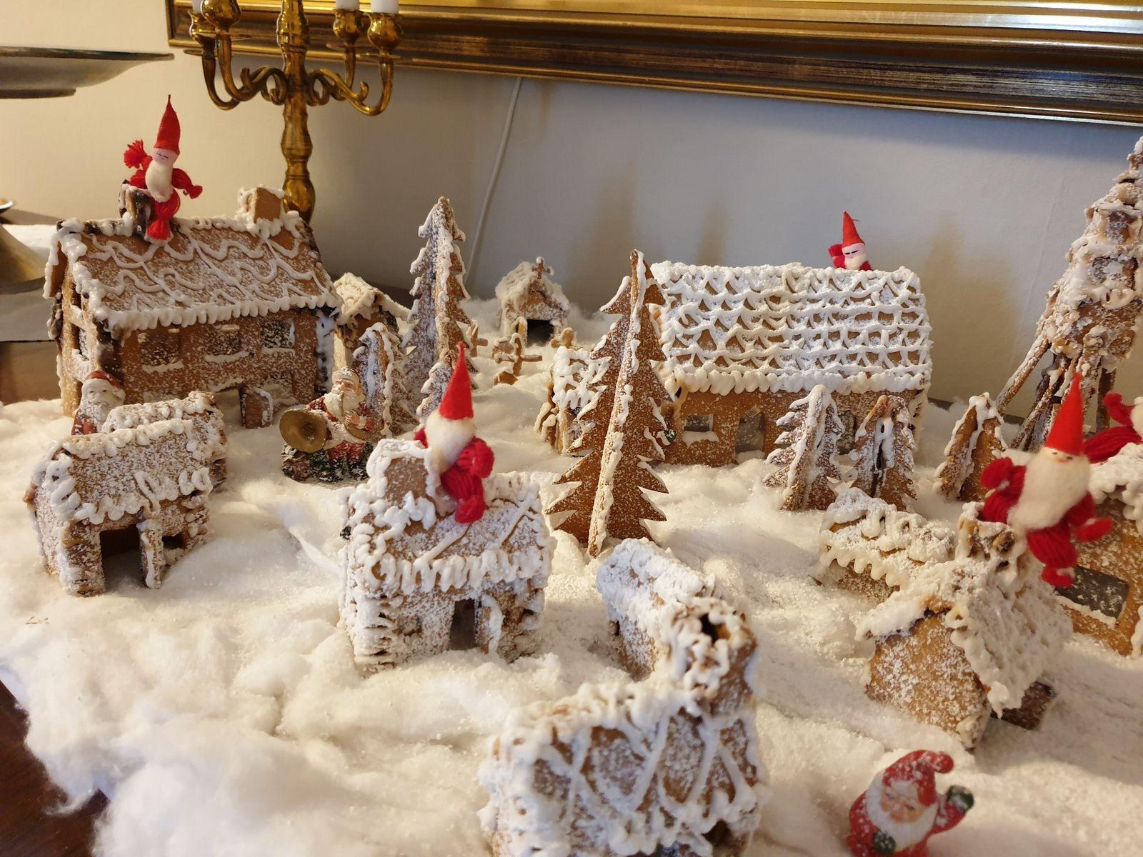 Denna julmysiga pepparkaksby har Veronica Forsberg i  Vimmerby byggt.