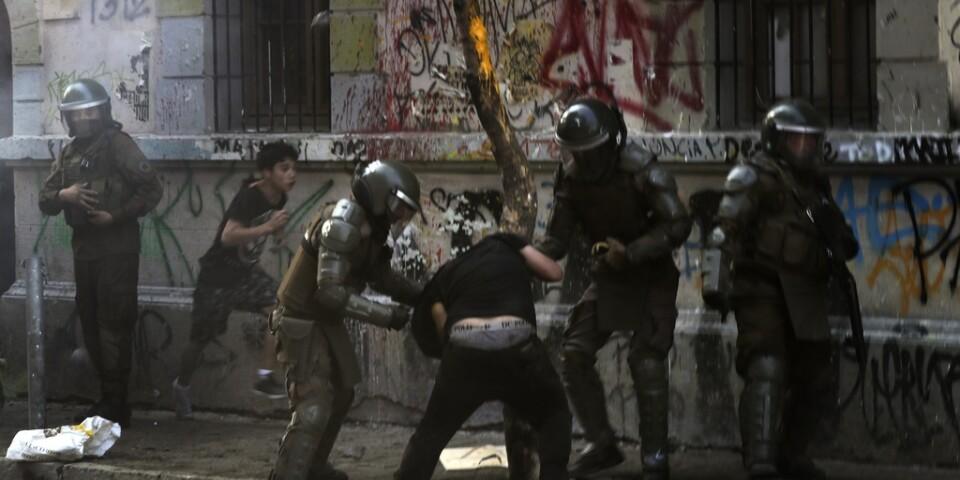 Poliser i drabbning med demonstranter i Chiles huvudstad Santiago den 6 december.
