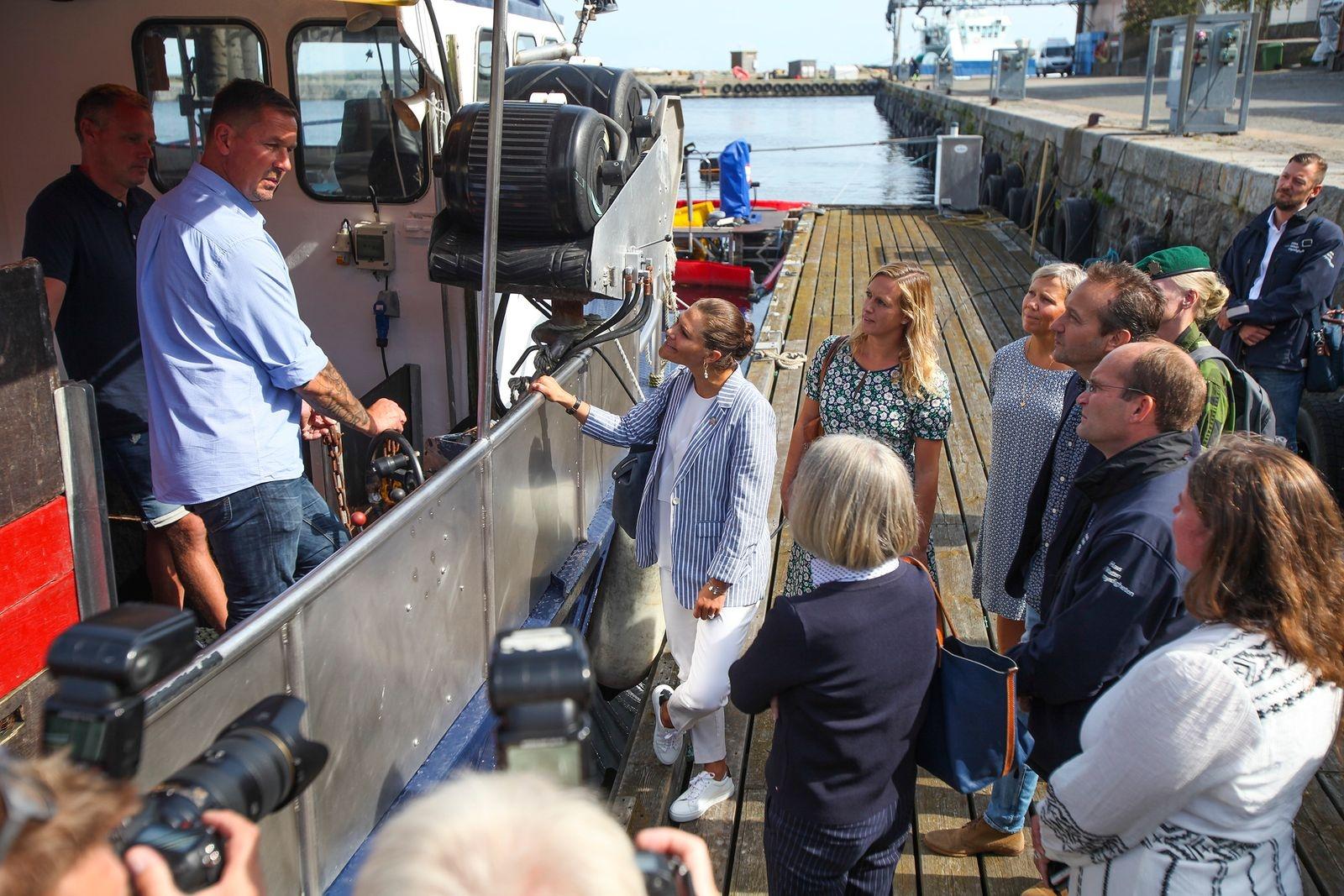 Kronprinsessan Victorias besök i somras fick Simrishamnsborna att gå man ur huse. Kronprinsessan har ett stort intresse för Östersjöns miljöproblem och lyssnade uppmärksamt under besöket på Marint Centrum.