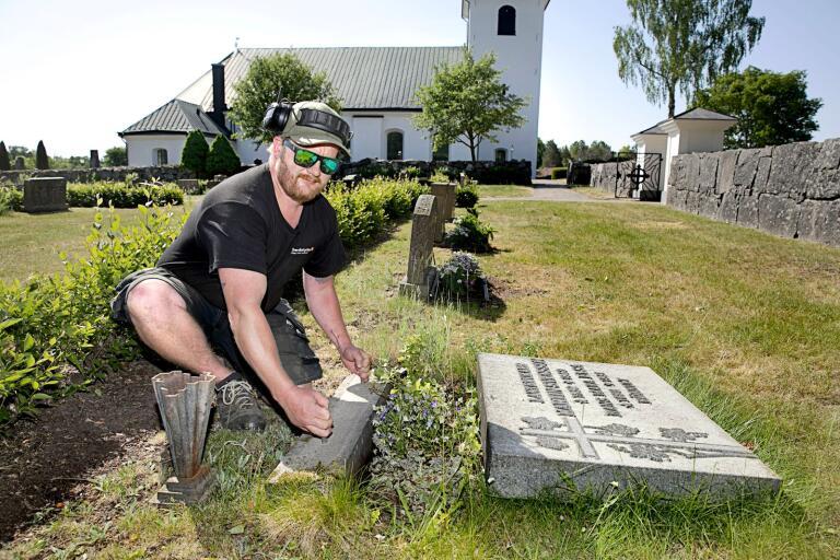 Hans-Erik Söderman jobbar med att montera de nedlagda gravstenarna igen.