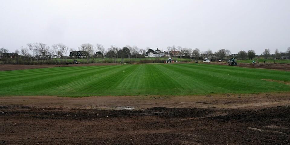 Nya fotbollsplanen på Ekerum rustas för allsvenska lag i juni.