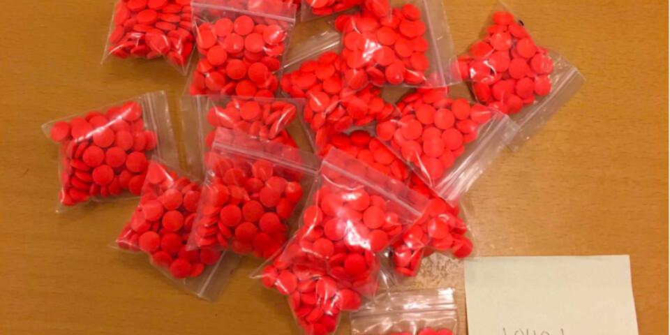 I en källare i Kristianstad hittade polisen sammanlagt 1955 tabletter tapentadol, ett starkt smärtstillande läkemedel som tillhör klassen opioider.
