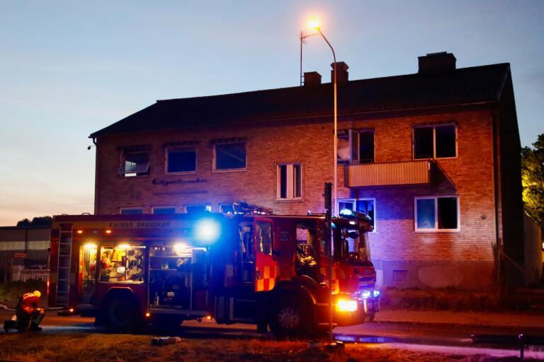 Branden i huset på Norra Strandgatan kunde relativt snabbt släckas av en styrka från Kalmar kommun som var på väg till skogsbranden utanför Fårbo.