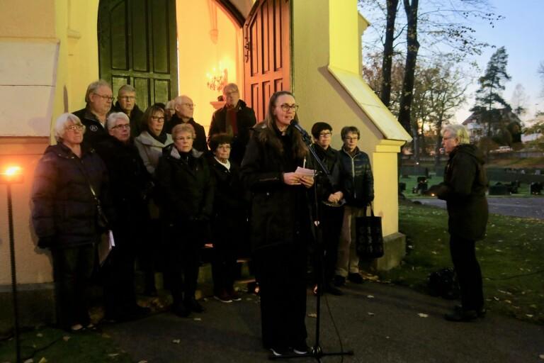 Prästen Jonna Hennig höll i kvällsandakten vid gamla gravkapellet. Kyrkokören sjöng också.