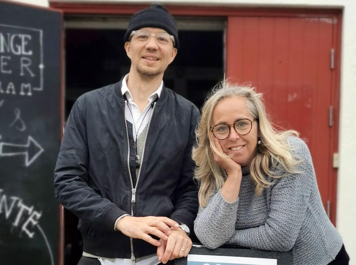 """""""I år firar Skillinge Teater 25 år, så vi håller tummarna för att åter kunna presentera en större produktion på vår stora scen. Utöver det erbjuder vi vår omtalade hörspelsvandring genom Skillinge: 30.000 dagar som vi, efter all uppskattning, valt att även översätta till engelska."""" Karin Johansson-Mex, Skillinge teater."""