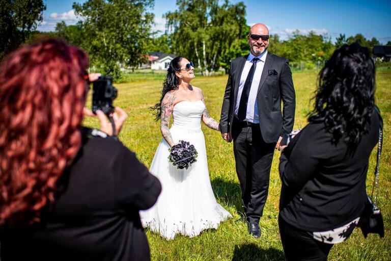 Sara Sigbo och Christian Andersson blev under torsdagen äkta makar på ett öde fält i Norje.