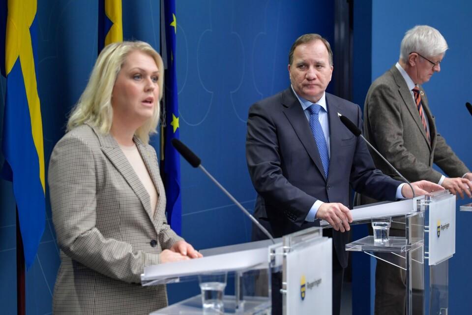 """""""Vi behöver ha regler som håller över vintern"""", säger socialminister Lena Hallengren (S), statsminister Stefan Löfven (S) och Folkhälsomyndighetens generaldirektör Johan Carlson på en  pressträff under tisdagen."""