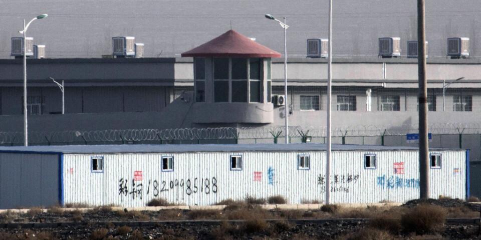 Ett vakttorn utanför Kunshans industriområde i Artuc i Xinjiang i västra Kina. Det är ett av interneringslägren där totalt uppskattningsvis en miljon uigurer sitter. Arkivbild.
