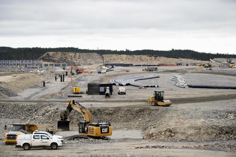 Arbete på området som är röjt för Northvolts planerade fabrik, fem minuters bilväg öster om Skellefteå centrum. Arkivbild.