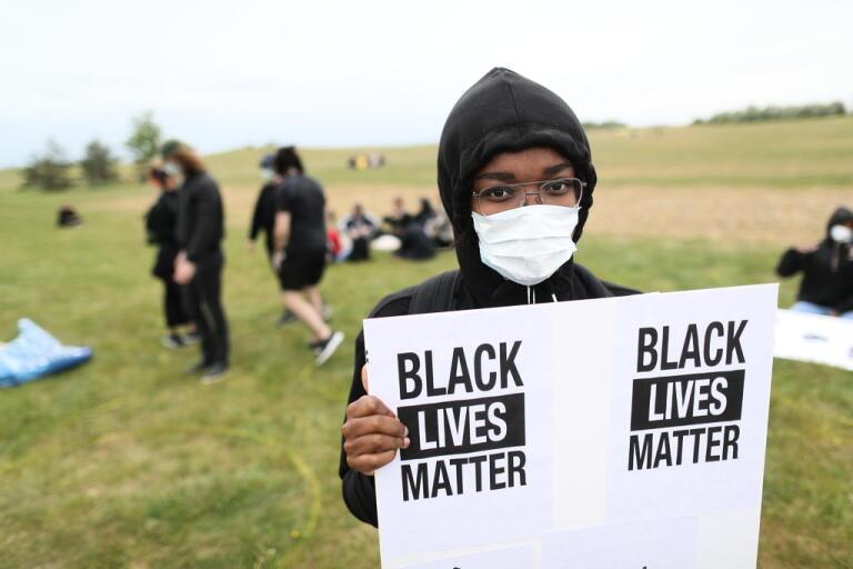 Kebe Amadou demonstrerar till stöd för Black lives matter-rörelsen på Ribersborgsstranden i Malmö på torsdagen.