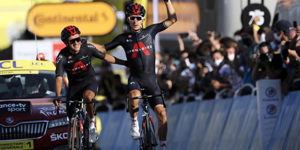 Michal Kwiatkowski (höger) tog hem sin första etappseger i Tour de France – precis före stallkamraten Richard Carapaz.