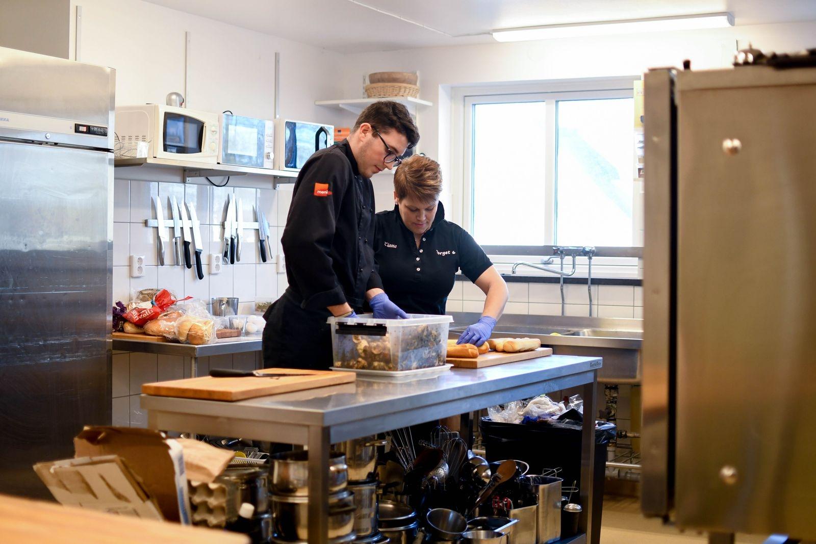 """Alex Olsson och Tiana Månsson lovordar det nya köket. """"Här är stort och luftigt"""", säger Tiana. """"Det är stor skillnad mot det gamla köket där vi var trångbodda"""", håller Alex med."""
