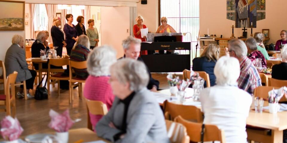 """Gunilla Ehrnborn stod för musiken och Lisbeth Nilsson för sången när det vankades melodikryss under Bergengrenska drop-in-café i församlingshemmet i Borrby förra torsdagen. Nästa café äger rum den 15 oktober klockan 14-16, då står det """"broderier från våra gömmor"""" på schemat."""