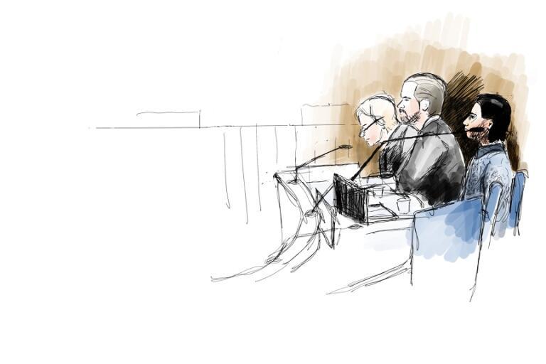 Den åtalade 23-årige mannen, till höger, under första rättegångsdagen i Uddevalla tingsrätt. Intill mannen sitter hans två offentliga försvarare, Beatrice Rämsell och Peter Olsson. Teckning.